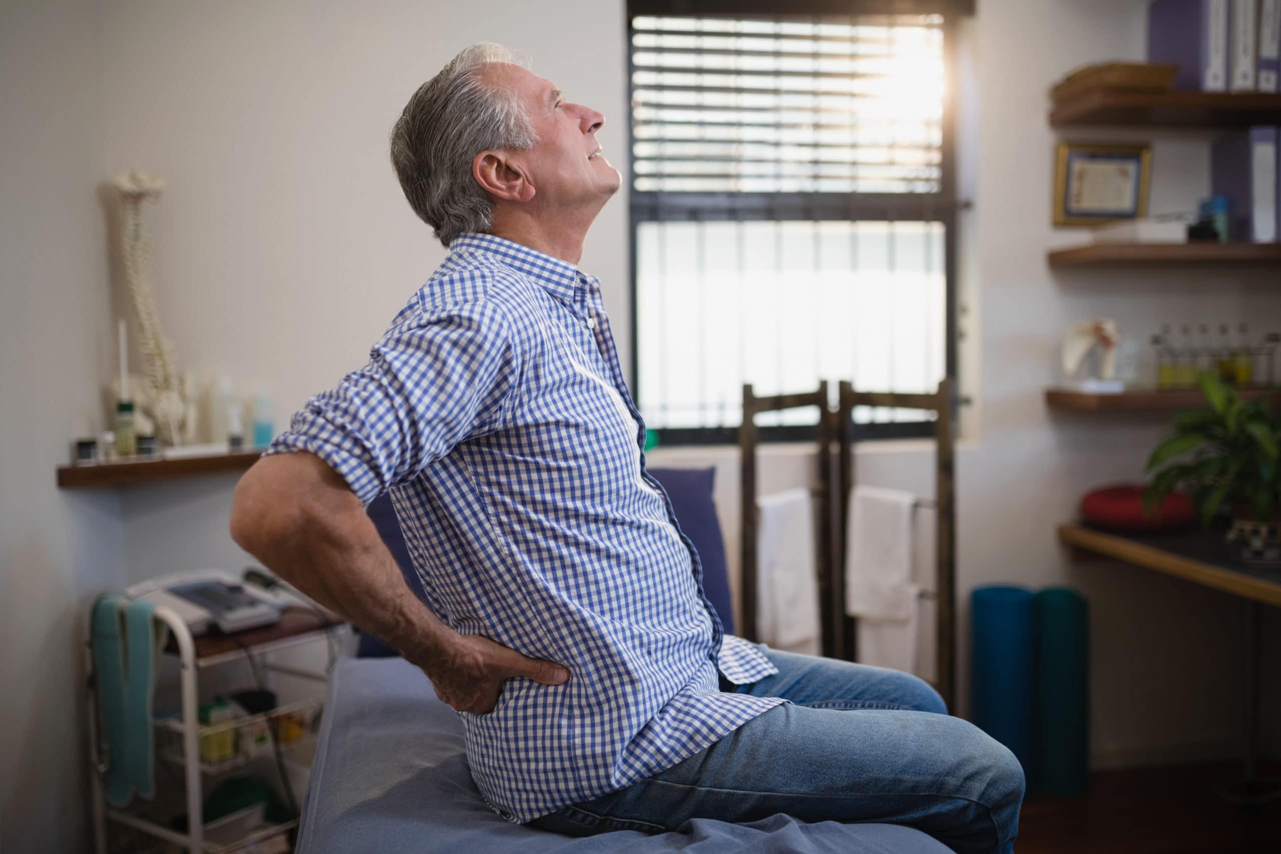 Person mit Schmerzen an der Hüfte – Symptome einer Coxarthrose